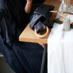 革と天然木の鞄